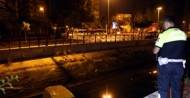 Adana'da hafif ticari araç sulama kanalına düştü