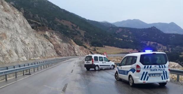 Burdur'da otomobil bariyere çarptı: 9 yaralı