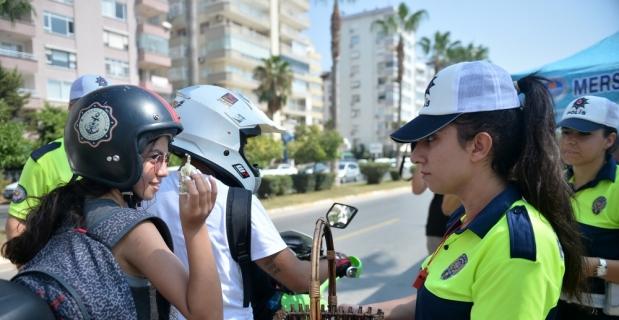 Mersin'de sürücülere lokum ikramı