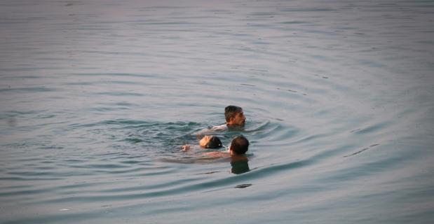 Nehre düşen kadını vatandaşlar kurtardı