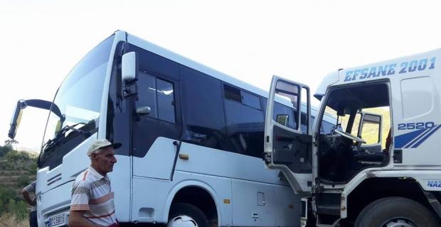 Antalya'da kamyon ile öğrenci servisi çarpıştı: 3 yaralı