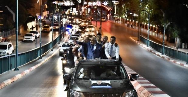 Belediye başkanını konvoyla karşılayıp şehir turu attılar