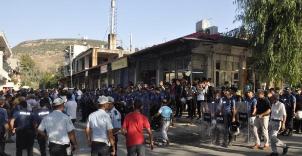 Hatay'da halk otobüsü şoförleri yolu trafiğe kapattı