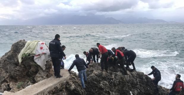 Antalya'da balık tutarken denize düşen kişi boğuldu