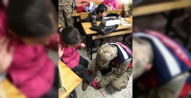 Askerlerden minik öğrencilere kıyafet yardımı