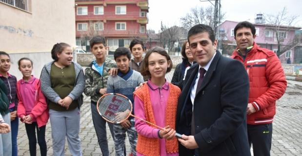 Burdur'da köy okuluna spor malzemesi yardımı