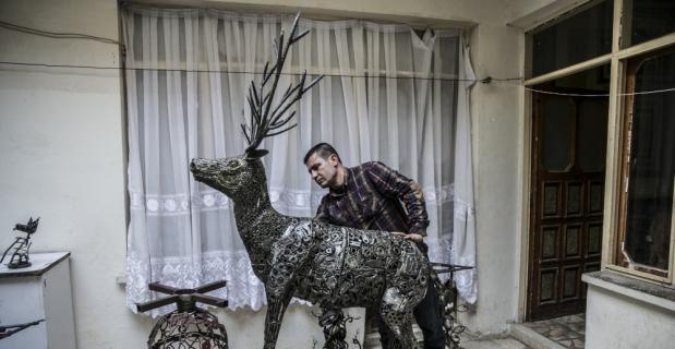Hurda malzemeden geyik heykeli yaptı