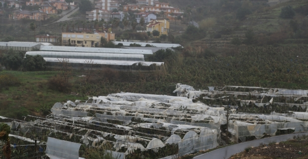 Antalya'da şiddetli fırtına sera ve iş yerlerine zarar verdi