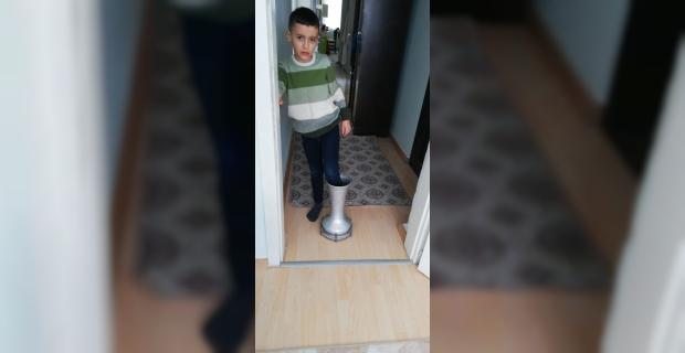 Ayağı darbukaya sıkışan çocuğu itfaiye kurtardı