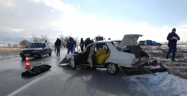 Burdur'da otomobil ile tır çarpıştı: 2 ölü, 1 yaralı