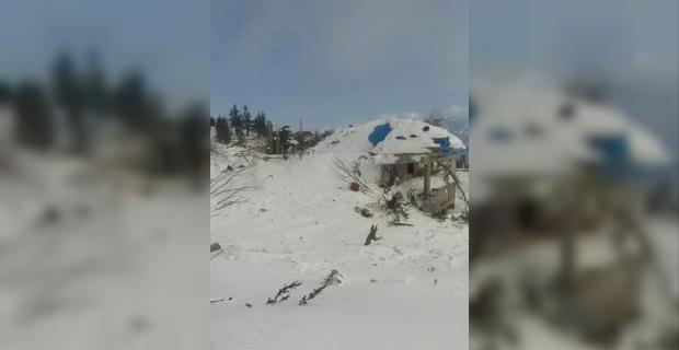 Cami ve 4 evin üzerine çığ düştü