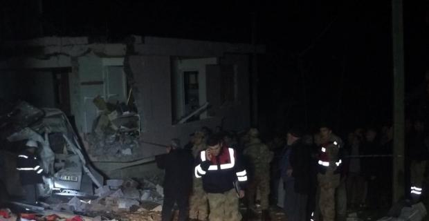 Hatay'ın Altınözü ilçesinde bir binanın kazan dairesinde patlama meydana geldi. Olay yerinde arama ve kurtarma çalışması başlatıldığı bildirildi.