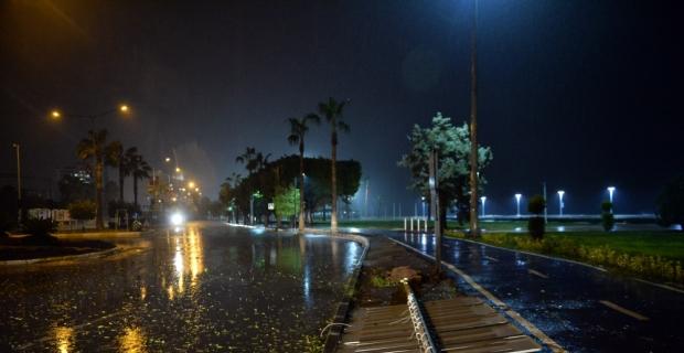 Mersin'de kuvvetli fırtına hayatı olumsuz etkiliyor