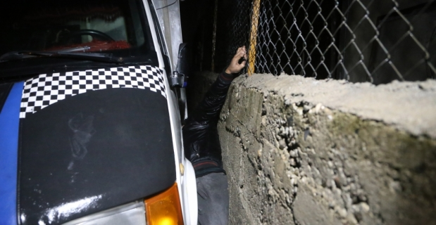 Polisten kaçan hırsızlık şüphelisi kamyonetle duvar arasına sıkıştı
