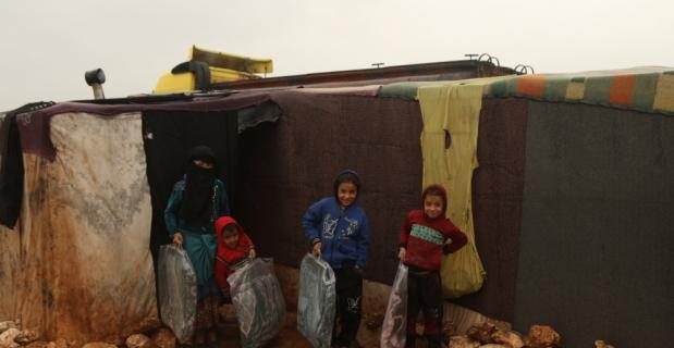 Suriye'de kamplardaki ailelere battaniye yardımı