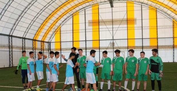 Türk ve Suriyeli öğrencilerden dostluk maçı