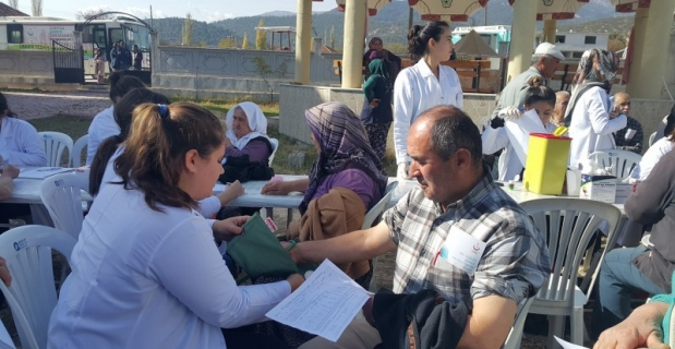 Üniversite öğrencileri köylerde sağlık taraması yaptı