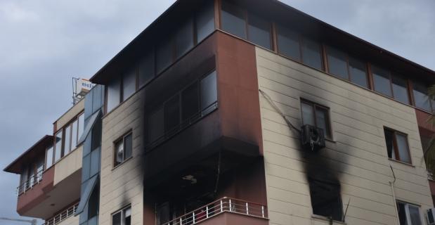 Yangında mahsur kalan eşi ve çocuklarını kurtardı
