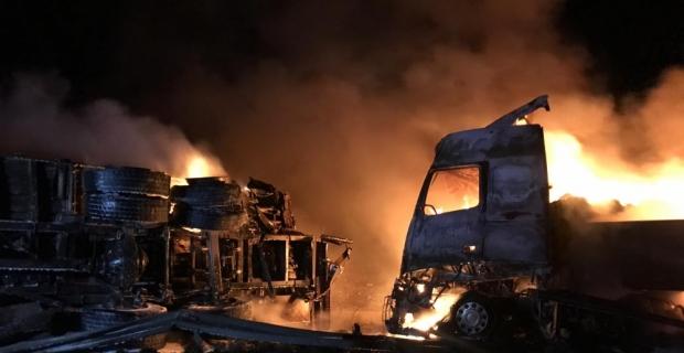 Mersin'de çarpışan tır ve kamyon alev aldı: 2 yaralı