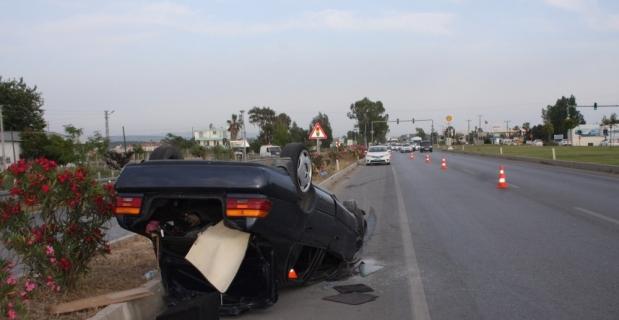 Antalya'da otomobil refüje çarptı: 4 yaralı