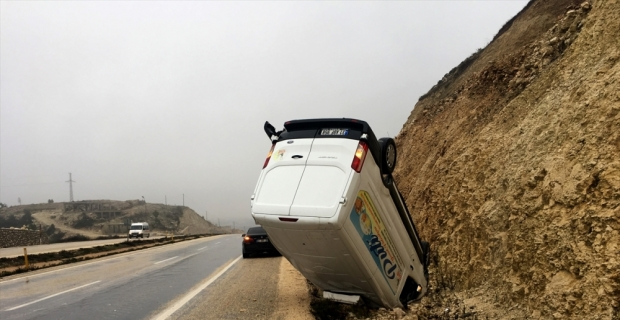 Hatay'da devrilen kamyonetin sürücüsü yaralandı