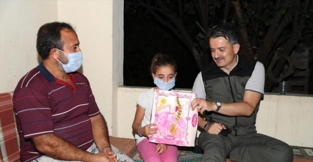Bakan Pakdemirli, Hatay'da yangın bölgesindeki bir aileyi evinde ziyaret etti