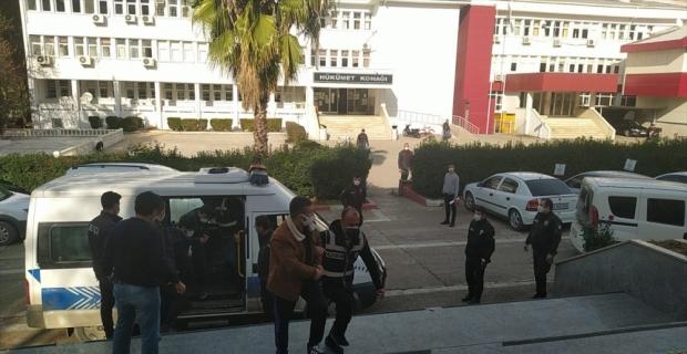Adana'da uyuşturucu satıcılarına yönelik operasyonda yakalanan 5 zanlı tutuklandı