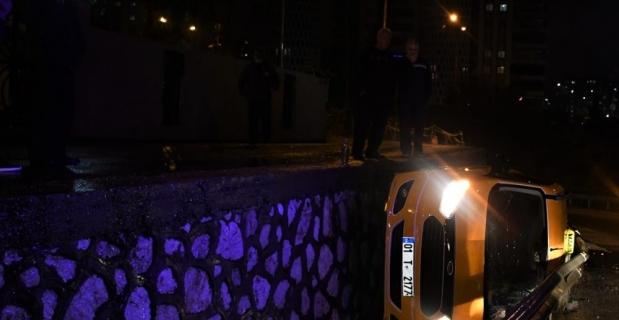 Adana'da virajı alamayan ticari taksi alt yola düştü