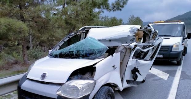 Akseki'de kamyonla hafif ticari araç çarpıştı: 2 yaralı