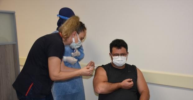 Alanya'da sağlık çalışanlarına Kovid-19 aşısı yapılmaya başlandı