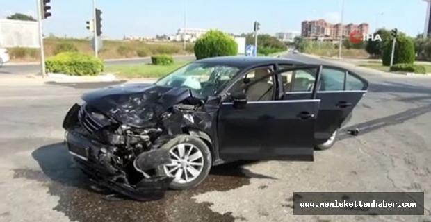 Antalya'da otomobil kırmızı ışıkta bekleyen iki otomobile çarptı: 4 yaralı