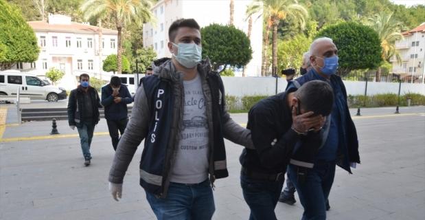 Antalya'da evden hırsızlık yaptıkları iddiasıyla yakalanan 2 zanlı tutuklandı