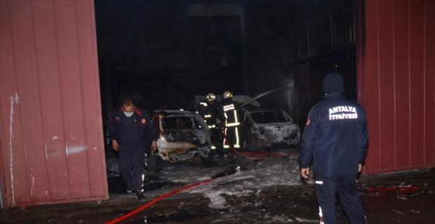 Antalya'da tamirhanede çıkan yangın 4 araçta hasara neden oldu