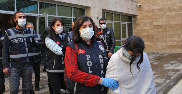 Evlerden 1 milyon lira değerinde ziynet eşyası çaldığı öne sürülen 3'ü kadın 5 şüpheli yakalandı