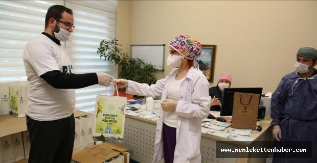 Görme engelli öğrencilerden, sağlık çalışanlarına hediyelik eşya
