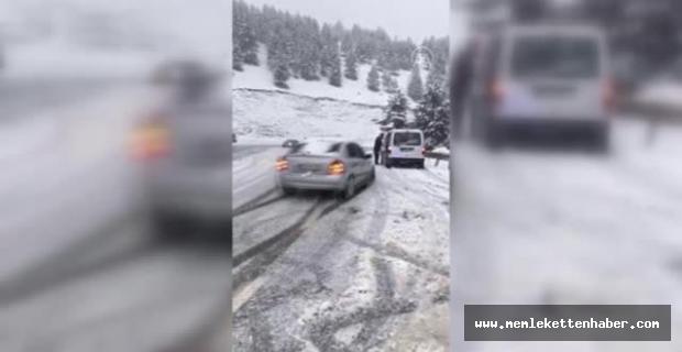 Kahramanmaraş'ta otomobilin karlı yolda kayarak araca ve sürücüsüne çapma anı kameraya yansıdı