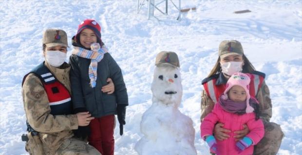 Kahramanmaraş'ta jandarma çocuklarla kardan adam yaptı