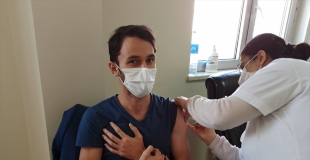 Karamanlı'da sağlık çalışanlarına Kovid-19 aşısı yapılmaya başlandı