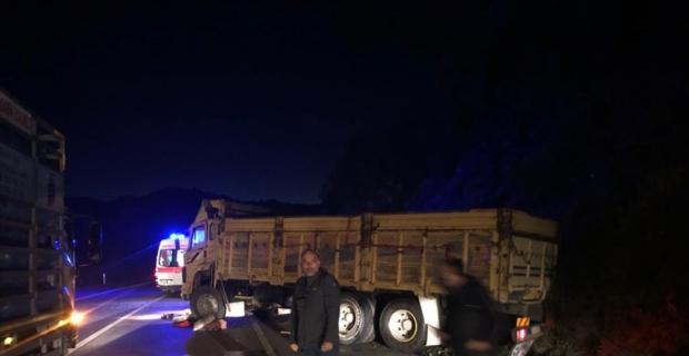 Kontrolden çıkan kamyon kayalığa çarptı: 1 yaralı