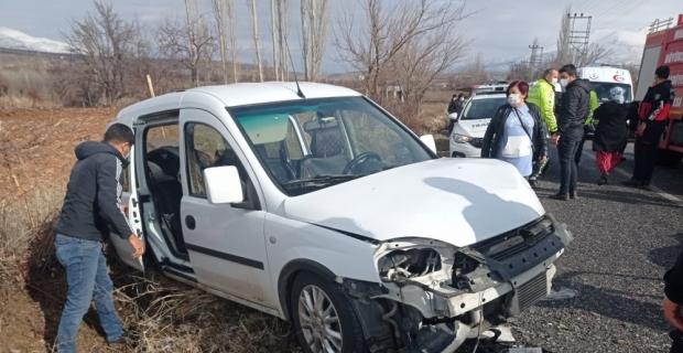 Malatya'da hafif ticari araç ile otomobil çarpıştı: 5 yaralı