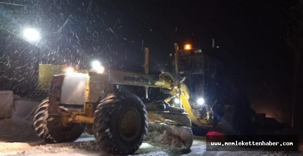 Mersin'de karda mahsur kalan 10 tır belediye ekiplerince kurtarıldı