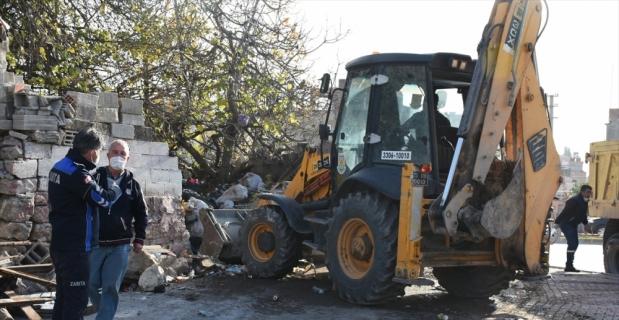Mersin'de bir evden 15 kamyon çöp çıkarıldı