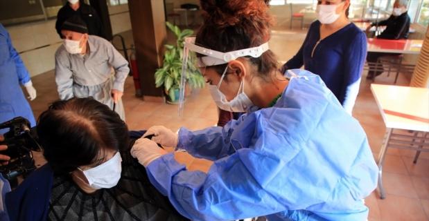 Mersin'de huzurevleri ve bakımevleri sakinleri ile personeline Kovid-19 aşısı yapılıyor