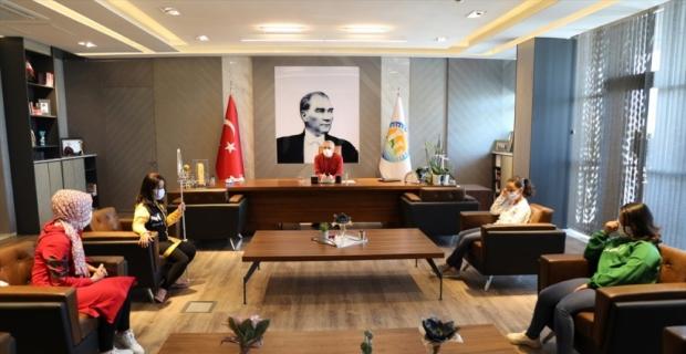 Mezitli Belediye Başkanı Tarhan, görme engelli Ecrin ile buluştu