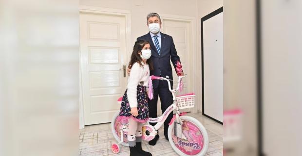 Osmaniye Valisi Yılmaz küçük Yaren Su'nun bisiklet hayalini gerçekleştirdi