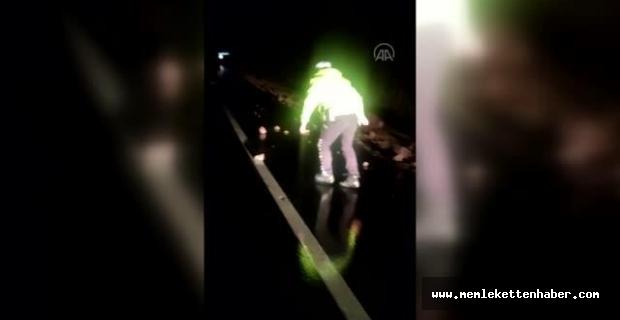 Polisin kara yoluna düşen taşları elleriyle temizlediği görüntüler, sosyal medyada ilgi gördü