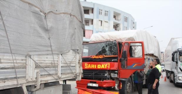 Serik'te odun yüklü kamyonla tır çarpıştı