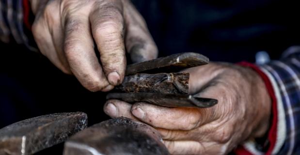 Tarih kitaplarından esinlenerek başladığı bıçak yapımının aranan ustası oldu