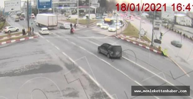 Trafikte kazaya denk gelen sağlık çalışanının yaralıya müdahalesi güvenlik kamerasında