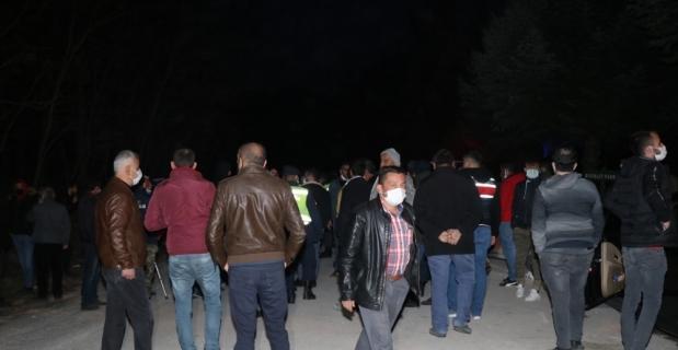 Isparta'da köylüler, çalışanını taciz ettiği öne sürülen işletmeciye tepki göstermek için toplandı